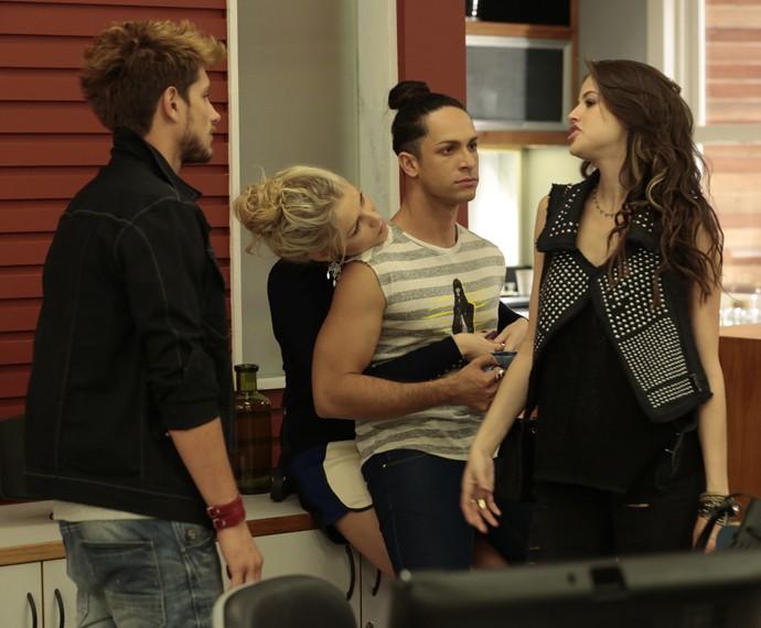 Daniel flagra conversa e deixa Giovanna e Visky tensos (Foto: Felipe Monteiro/ Gshow)