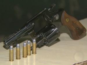 Arma usada por ladões durante assalto a residência em Santa Bárbara d'Oeste (Foto: Reprodução/EPTV)