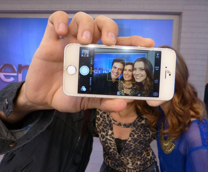 Mateus Solano, Fátima e Nathalia Dill tiram selfie (Foto: Marcele Bessa/Gshow)