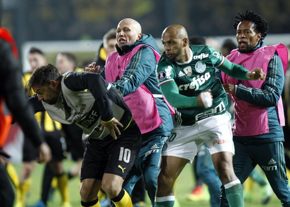 Felipe Melo dá soco em Matias Mier na briga de Peñarol x Palmeiras (Foto: EFE/Raúl Martínez)