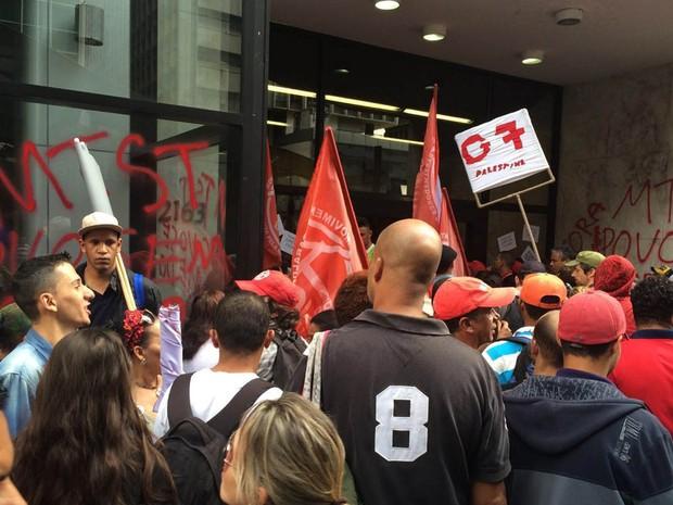 Frente do prédio foi pichada por manifestantes do MTST (Foto: Carolina Freitas/Arquivo Pessoal)