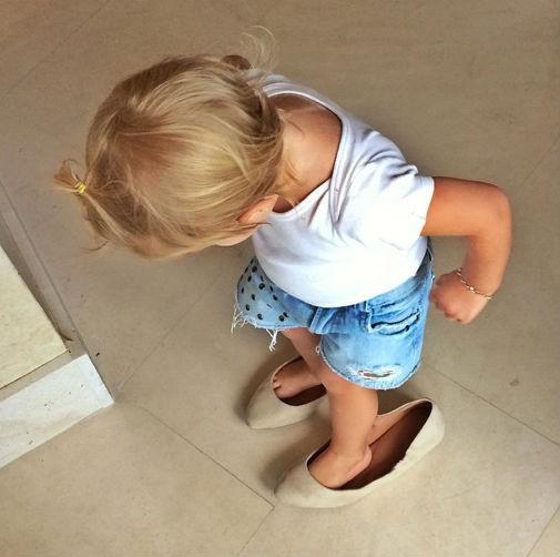 Vivian Lake prova os sapatos da mãe Gisele Bündchen (Foto: Reprodução/Instagram)
