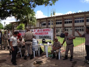 Guardas se mobilizaram em frente a prefeitura de Macapá (Foto: Abinoan Santiago/G1)