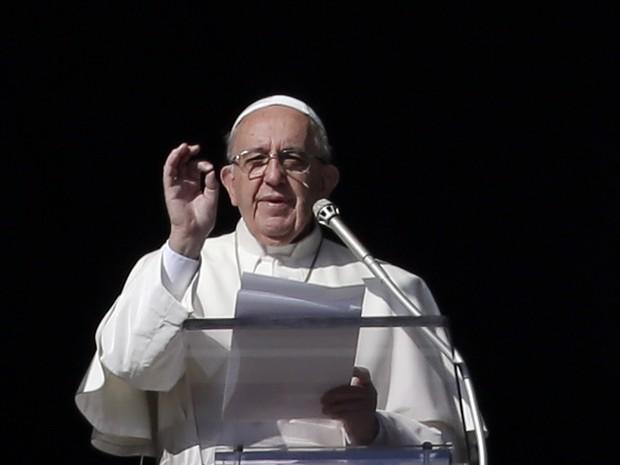 O Papa Francisco em foto deste domingo (20) no Vaticano (Foto: Gregorio Borgia/AP)