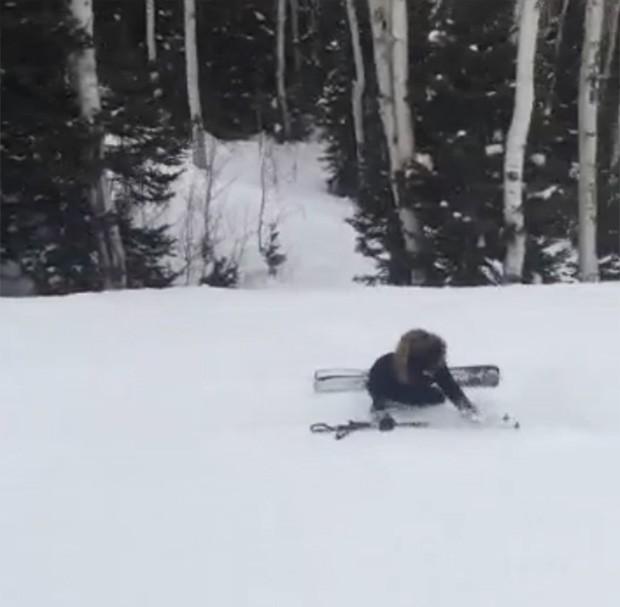 Kim Kardashian caindo na neve (Foto: Video/Reprodução)