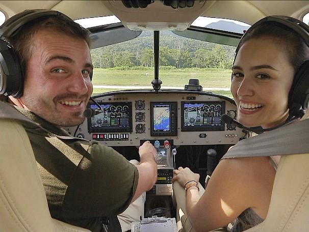 A bordo do avião, Max Fercondini e Amanda Richter cruzarão os céus do Brasil para descobrir trabalhos legais (Foto: Globo)