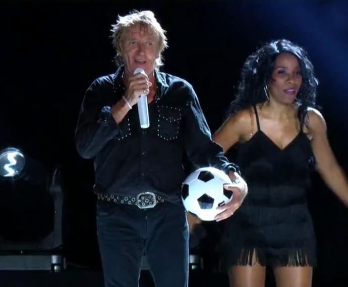 O cantor se prepara para jogar bolas ao público (Foto: Gshow)