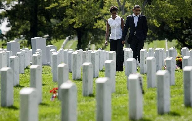 Barack Obama e Michelle Obama visitam o Cemitério de Arlington para lembrar as vítimas dos ataques de 11 de setembro. (Foto: Reuters)