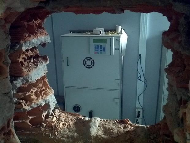 Criminosos abrem buraco em parede para tentar assaltar banco no RS (Foto: Everton Chrisostomo/RBS TV)