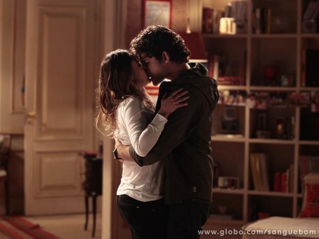 Bento tasca beijão em Malu! (Foto: Pedro Curi / TV Globo)