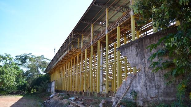 Muro do Aglair Tonelli continua destruído (Foto: Paula Casagrande)