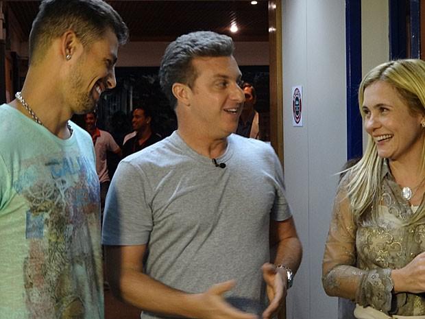 Huck grava quadro de seu programa com Cauã e Adriana (Foto: Avenida Brasil/TV Globo)