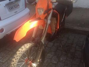 KTM laranja foi encontrada na Estrada da Saudade (Foto: Diculgação/Polícia Militar)