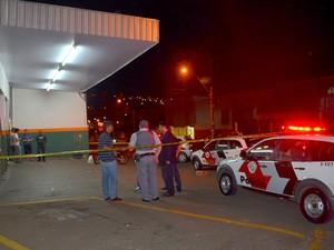 Local foi interditado até a chegada da perícia e delegado de Piracicaba (Foto: Fernanda Zanetti/G1)