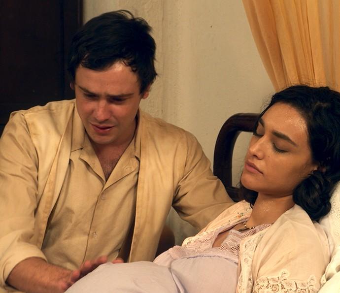 Candinho se desespera ao ver Filó desmaiada (Foto: TV Globo)