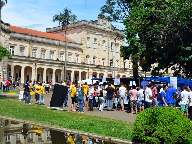 Alunos de Centros Acadêmicos da Esalq vendem souvenirs na matrícula (Foto: Alessandro Meirelles/G1)
