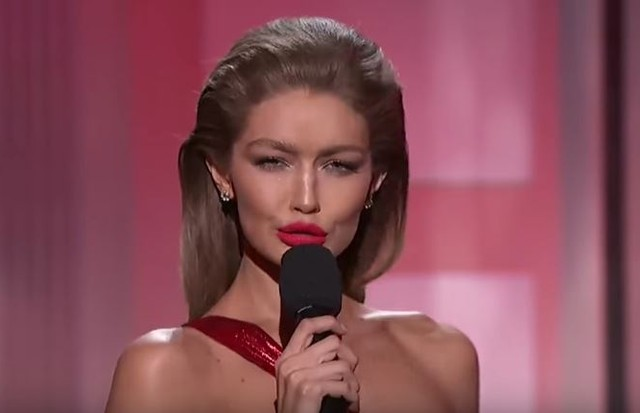 Gigi Hadid imitando Melania Trump no AMAs (Foto: Reprodução)