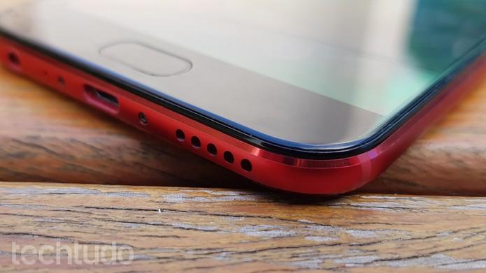 Bateria do Zenfone 4 Selfie Pro é carregada via porta micro USB (Foto: Ana Marques/TechTudo)