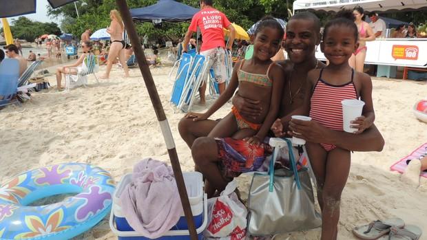 Águas calmas de praias do Norte de Florianópolis atraem famílias (Valéria Martins/G1)