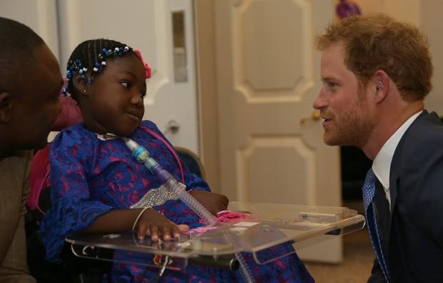 Príncipe Harry exibe jeito com crianças (Foto: Getty Images)