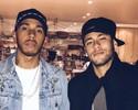 De rolê em Londres, Neymar posa ao lado de Lewis Hamilton e amigos