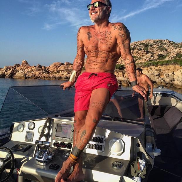 Gianluca Vacchi e seu shorts levantado (Foto: Reprodução/Instagram)