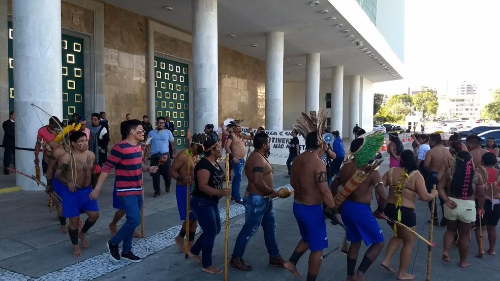Resultado de imagem para Índios fazem protesto contra sistema criado para gerenciar folha de pagamento de servidores