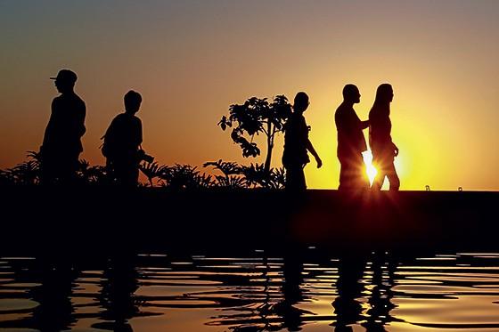 NATURAL Pessoas tomam sol à beira da piscina. Ele é a melhor fonte de vitamina D, mas é preciso moderação (Foto: Buda Mendes/Getty Images)
