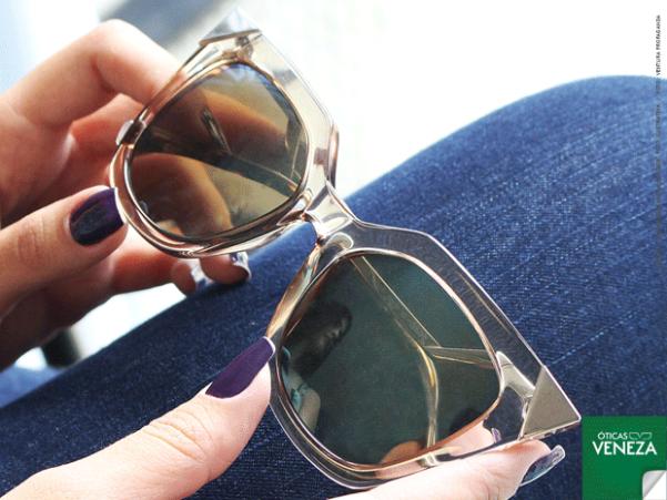 88f5dabd6 QUADRADO: Lançado em 2015, o modelo continua em alta no verão 2016. Com  formato imponente e glamouroso, suas lentes variam de tonalidade de acordo  com a ...
