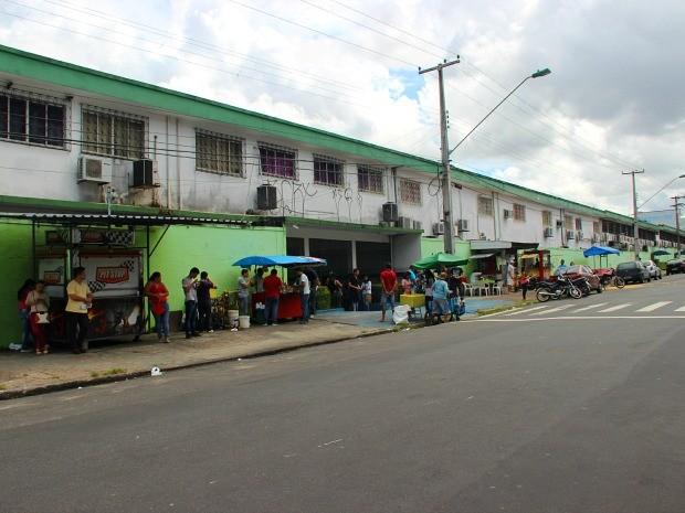 Portões se abriram às 9h. Alunos só poderia deixar a sala depois das 11h (Foto: Luis Henrique Oliveira/G1 AM)