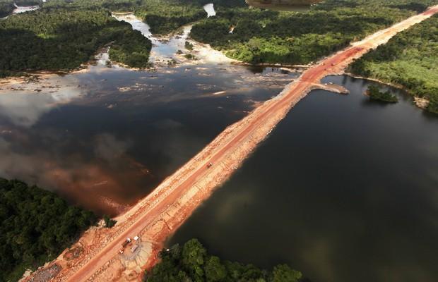 Canteiro de obras da usina hidrelétrica de Belo Monte, no rio Xingu, no Pará, em foto de 2012 (Foto: Mario Tama/Getty Images)