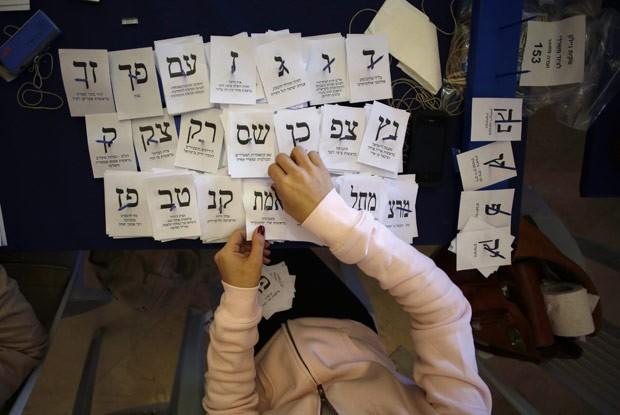 Votos são contados nesta quinta-feira (24) em Jerusalém (Foto: AFP)