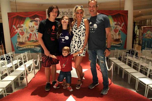 Luisa Mell com a familia (Foto: Marcos Ribas/Brazil News)