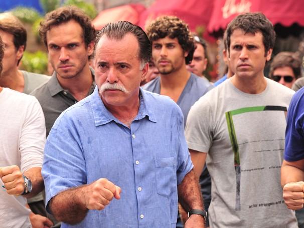 Elenco masculino canta: 'As mulheres não estão com nada, os homens vão vencer esta parada' (Foto: João Miguel Jr./ TV Globo)