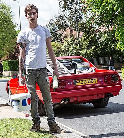 Elo, fundador da London Supercar Workshop, ao lado da sua criação (Foto: London Motor Group)