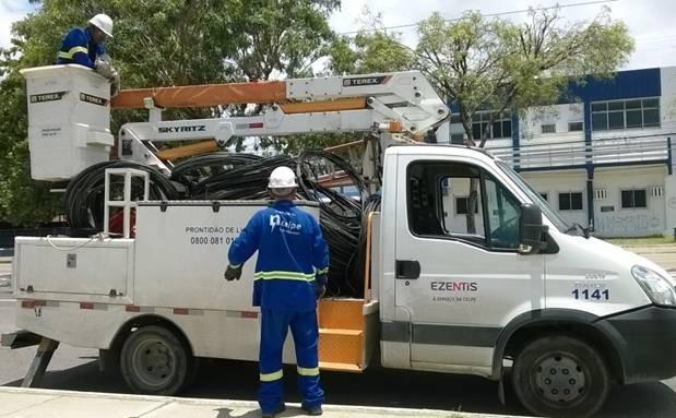 Celpe recolhe oito toneladas de cabos dos postes do Recife (Foto: Celpe/Divulgação)