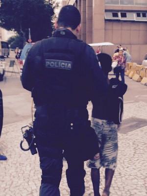 Menor é levado por policial militar no Centro do Rio (Foto: Jorge Antonio Barros/ Arquivo pessoal)