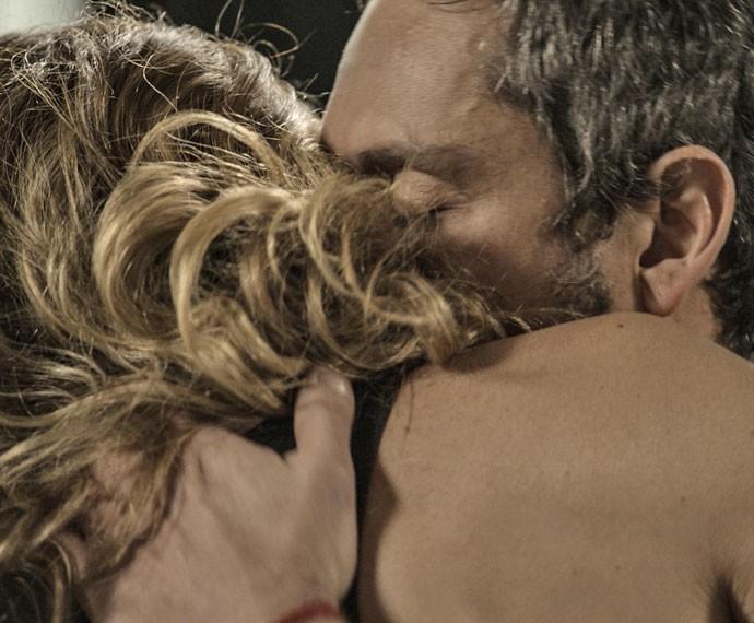 Romero fica feliz com a chegada de Atena (Foto: TV Globo)