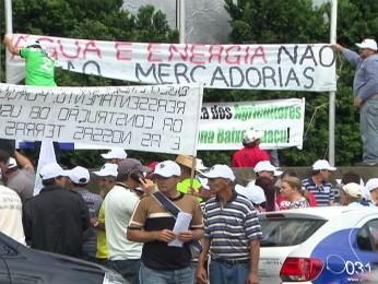 Manifestação em frente à sede da Copel, em Curitiba, reuniu cerca de 200 representantes do movimento de atingidos por barragens (Foto: Reprodução / RPC TV)