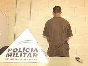 Preso suspeito roubo ônibus Uberaba (Foto: Reprodução/ TV Integração)