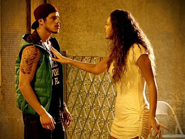 Tessália fica nervosa e diz que é melhor que ele peça demissão (Foto: Avenida Brasil / TV Globo)