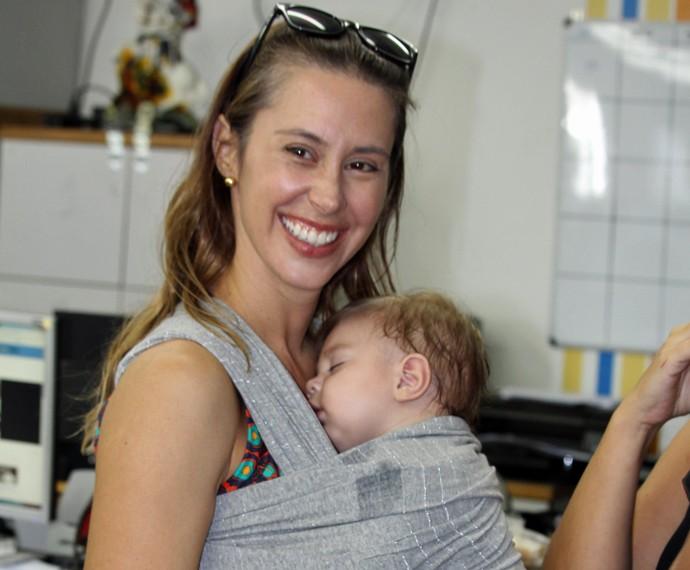 Dani Monteiro é só sorrisos com Bento no colo (Foto: Priscilla Massena/Gshow)