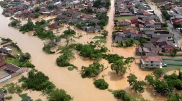 Joinville ficou alagada após temporal (Foto: Reprodução/RBS TV)