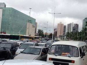Protesto está congestionado na região do Shopping da Bahia (Foto: Rafael Teles/G1)