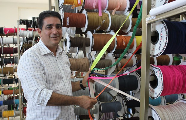 Renato Raimundo importa e adapta produtos chineses aos calçados brasileiros  (Foto  Clayton Castelani  ccbd3ad8d00da
