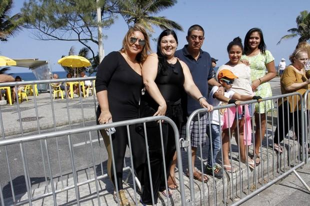 Zeca Pagodinho com a família acompanhando a passagem da tocha (Foto: Rafael Cusato/Brazil News)