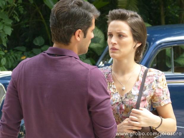 Amélia fala para Franz que Ernest é o mandante do atentado contra Mundo (Foto: Joia Rara/TV Globo)