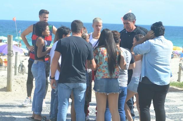 Justin Bieber conversando com fãs (Foto: Webert Belício/AgNews)