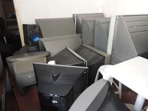 Televisões velhas são abandonadas por clientes nas lojas de conserto (Foto: Carolina Paes/G1)