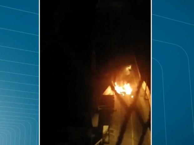 Internautas flagraram carros incendiados nas proximidades da sede da Protege em Santo André (Foto: TV Globo/Reprodução)